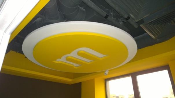 Дизайнерское оформление потолка в офисе