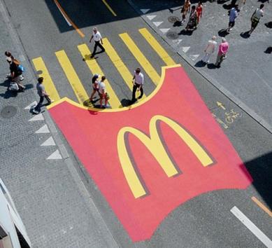 Дизайн реклами на асфальті