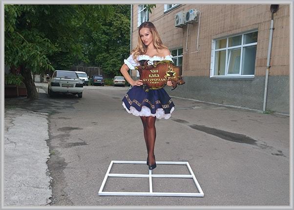 Ростовая фигура девушки для кафе