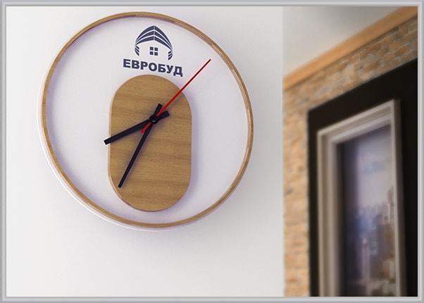 Настенные часы с символикой фирмы