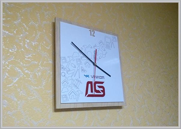 korporativnye-dizainerskie-chasy-s-logotipom
