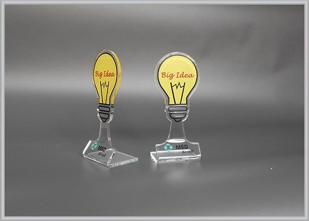 Пластиковый кубок, статуэтки в виде лампочки