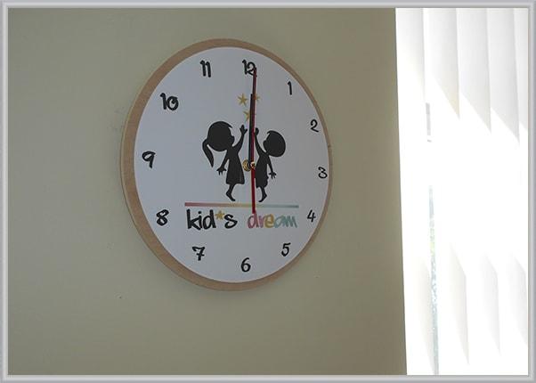 Настенные часы из акрила и фанеры для детского сада