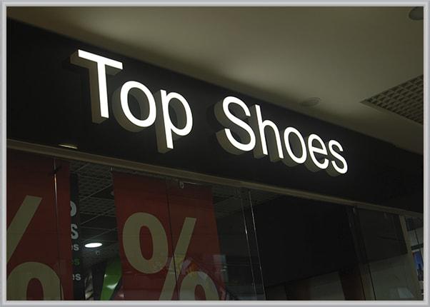 Вывеска с объемными световыми буквами обувного магазина