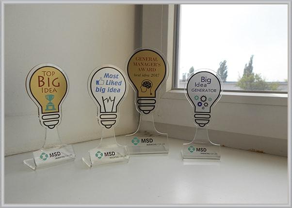 Нагородні статуетки, кубки із акрила з логотипом компанії