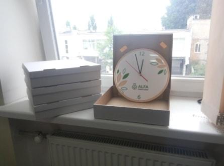 Подарункові сувенірні годинники з логотипом компанії