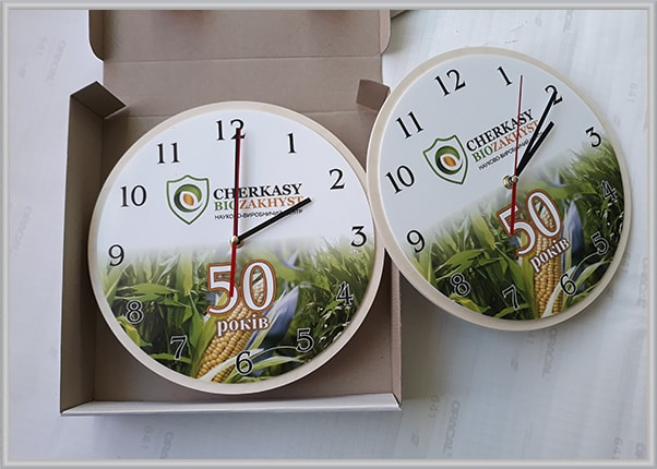 Подарункові настінні годинники з логотипом до ювілею фірми