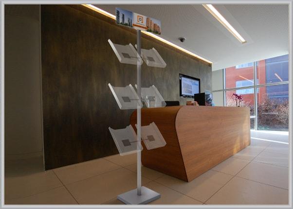 Стенд, стійка з кишенями для поліграфії в офіс компанії зубудовника