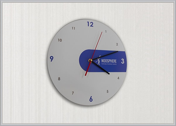 Настінний корпоративний годинник з логотипом із акрила (оргскла, пластика) тоновані плівкою