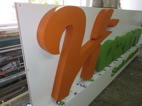 Мобильный стенд с объемными буквыми