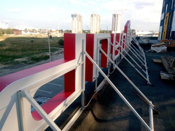 Монтаж об'ємних букв на металевий каркас для вивіски на даху