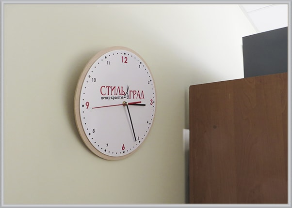 Настінний годинник з логотипом для салону краси із акрила і шпона дерева