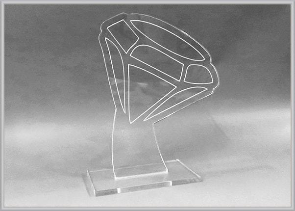 Статуэтка, кубок из прозрачного акрила, оргстекла в форме бриллианта для ювелирного салона
