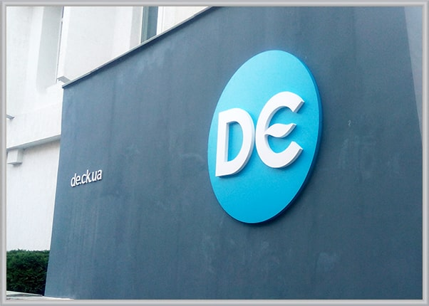Рекламное оформление фасада - не световая вывеска в форме логотипа, буквы из пластика ПВХ