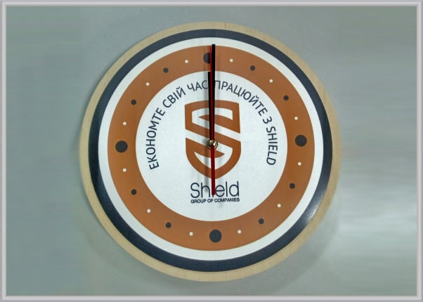 Часы с логотипом, символикой компании как новогодний подарок