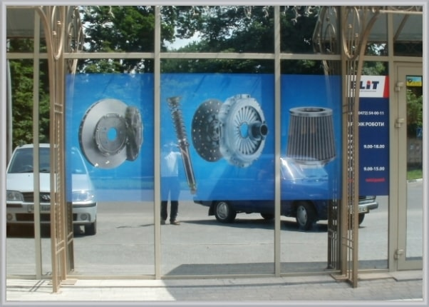 Корпоративное оформление витрин магазина автозапчастей
