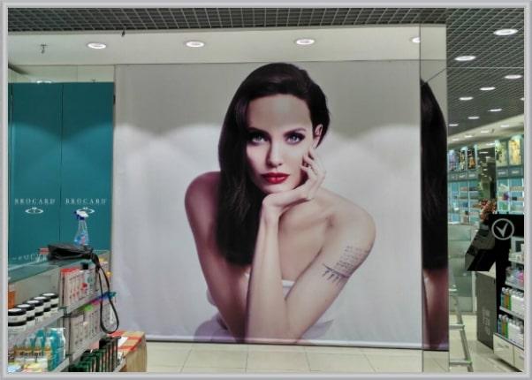 Печать, монтаж интерьерного баннера в магазине косметики