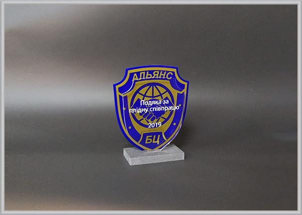 Статуэтка, диплом из пластика, искусственного камня с логотипом компании