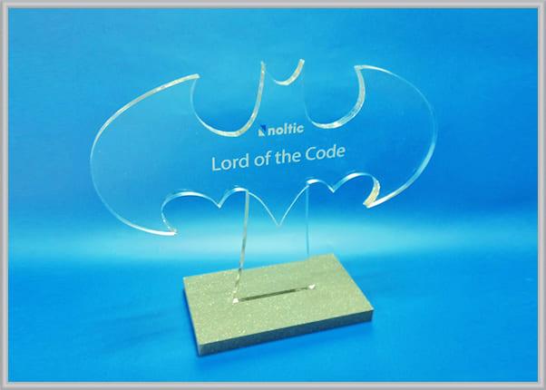 Наградной кубок в форме логотипа Бэтмена для IT компании