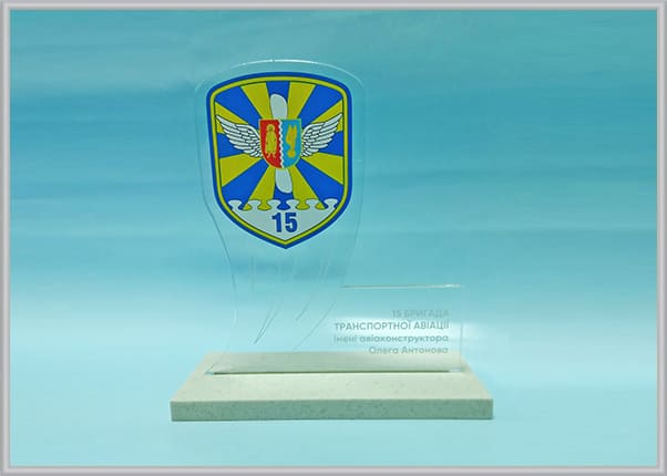 Наградная атрибутика - статуэтки из прозрачного пластика с логотипом