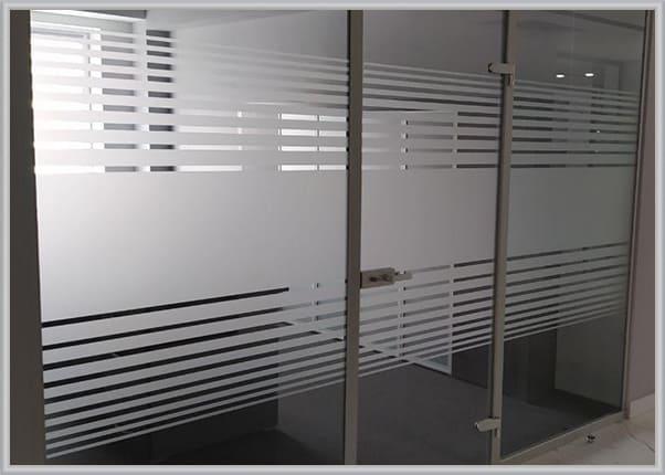Оформлення склянних перегородок в офісе - паморозь на склі