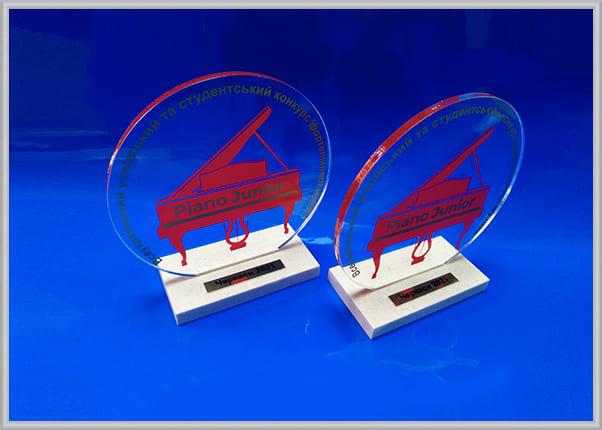 Пластиковые кубки, статуэтки для участников музыкального конкурса